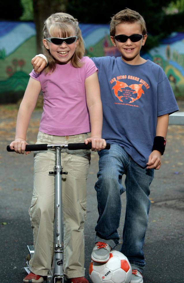 Bild von zwei Kindern mit Sonnenbrille