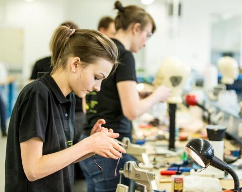 Bild von Auszubildenden der Augenoptik in einer Werkstatt
