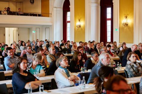 Besucher im Auditorium einer Fachtagung des ZVA